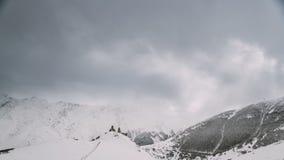 Stepantsminda, Gergeti, Geórgia Igreja famosa de Tsminda Sameba da trindade de Gergeti na paisagem do inverno vídeos de arquivo