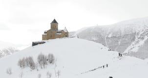 Stepantsminda, Gergeti, Geórgia Igreja famosa de Tsminda Sameba da trindade de Gergeti na paisagem do inverno filme