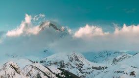 Stepantsminda, Gergeti, Geórgia Igreja famosa de Tsminda Sameba da trindade de Gergeti na paisagem do inverno Georgian bonito vídeos de arquivo