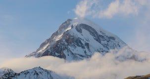 Stepantsminda, Gergeti, Geórgia O pico da montagem Kazbek cobriu a neve na paisagem do inverno filme