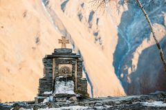 Stepantsminda, Gergeti, Georgië Kruis op Stenen en Koude Minera royalty-vrije stock foto's