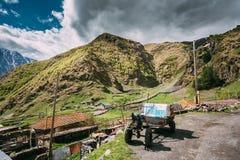 Stepantsminda Gergeti, la Géorgie Petit vieux tracteur qui a réussi tout seul de Deux-roue Photos libres de droits