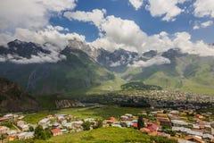 Stepantsminda och Gergeti byar i den Kazbegi regionen med stenigt Arkivbilder