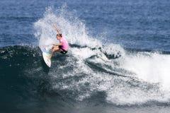 Stephanie Gilmore que practica surf en el Triple Crown Fotografía de archivo