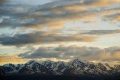 Steppa di Kurai e cresta del nord di Chuya all'alba Nuvole e montagne Immagine Stock Libera da Diritti