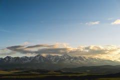 Steppe de Kurai et arête de Chuya de nord à l'aube Nuages et montagnes image libre de droits