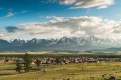 Steppe de Kurai et arête de Chuya de nord à l'aube Opacifie des montagnes image libre de droits