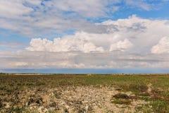 steppe Karakol naturreserv Kasakhstan, Aktau Härliga moln hänger mycket lågt över stäppen Arkivfoto