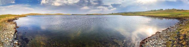 Steppe See mit Reflexionen Lizenzfreies Stockbild