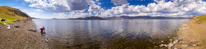 Steppe See mit touristischem Lager Stockfotos