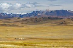 Steppelandschap met nomad& x27; s kamp stock foto