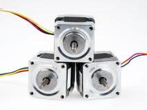 Stepper моторы при провода, изолированные на белизне Стоковые Изображения RF