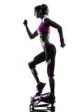 Силуэт тренировок фитнеса женщины stepper Стоковое фото RF