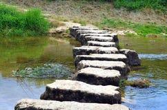 Stepstones που διασχίζει έναν μικρό ποταμό Στοκ φωτογραφίες με δικαίωμα ελεύθερης χρήσης