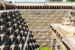 Stepwell gigante del abhaneri en Rajasthán, la India Fotos de archivo