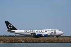 Ster Alliantie Verenigde Boeing 747 op baan. Stock Foto