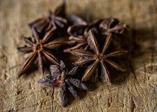 Ster Anise Spice op een Houten Lijst stock afbeeldingen