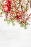 Ster en rood Kerstmisbal en takje op leeg document Stock Foto
