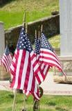 Ster Spangled vlaggen bij een oorlogsgedenkteken Stock Afbeelding