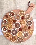Steranijsplanten en gedroogd fruit op houten scherpe raad Royalty-vrije Stock Foto's
