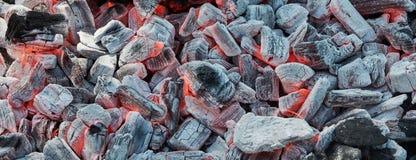 Sterbendes Feuer auf der schwarzen, aschigen Kohle vorbereitet für Grillgrill lizenzfreies stockbild