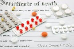 Sterbeurkunde und Pillen. Stockfotos
