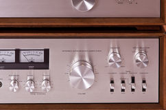 Stereo- förstärkare för tappninghi-fi i träskåp Fotografering för Bildbyråer