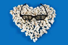 Stereoglazen en Popcornhart stock foto