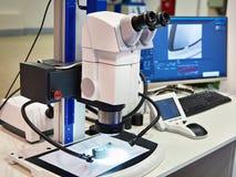Stereomicroscope, όργανο ελέγχου υπολογιστών και φωτισμός των οδηγήσεων στοκ εικόνα