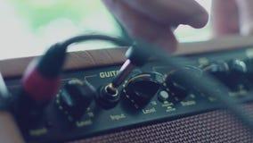 Stereoversterker voor akoestische gitaar stock videobeelden