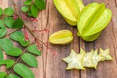 Sterfruit op houten achtergrond Stock Afbeeldingen