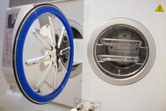 Sterilisera medicinska instrument i autoclave Royaltyfria Bilder
