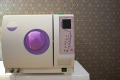 Sterilisera medicinska instrument i autoclave Royaltyfri Fotografi
