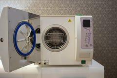Sterilisera medicinska instrument i autoclave Royaltyfri Bild