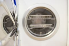 Sterilisera medicinska instrument i autoclave Arkivbild