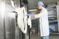 Sterilisierungskontrolle des medizinischen Personals die Maschine stockbild