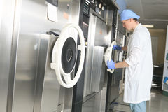Sterilisierungskontrolle des medizinischen Personals die Maschine lizenzfreies stockbild