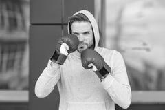 Sterk en volledig van energie Sportman geconcentreerde opleidings bokshandschoenen Atleet geconcentreerd gezicht met sporthandsch royalty-vrije stock fotografie