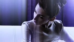 Sterk kijk van de vrouwenrobot van de science fictionfilm stock footage