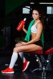 Sterk mensengewichtheffen bij de gymnastiek op de bank met domoor Royalty-vrije Stock Afbeeldingen