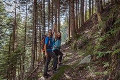 Sterk paar die in de bergen wandelen royalty-vrije stock foto's