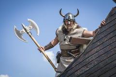 Sterk Viking op zijn schip met t-hand Royalty-vrije Stock Afbeelding