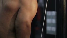 Sterke Afro-Amerikaanse mens die oefeningen op de spieren van de wapens doen stock videobeelden