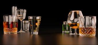Sterke alcoholische dranken, glazen en glazen, in aanwezigheid van whisky, wodka, rum, tequila, brandewijn, cognac op een donkere stock fotografie