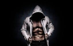 Sterke atletische mens op zwarte achtergrond royalty-vrije stock afbeeldingen