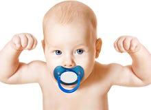 Sterke Baby met Fopspeen die op Wapens, Wit Sportjong geitje opheffen, stock afbeeldingen