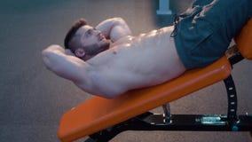 Sterke bodybuilder in de gymnastiek stock video
