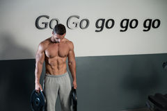 Sterke Bodybuilder die Zijn Zes Pak opleiden stock afbeelding