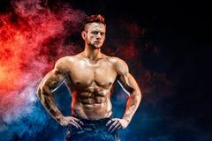 Sterke bodybuildermens in militaire broek met perfecte abs, schouders, bicepsen, triceps, borst royalty-vrije stock foto