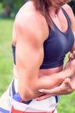 Sterke bodybuildervrouw met perfecte abs, schouders, bicepsen, triceps, borst stock fotografie
